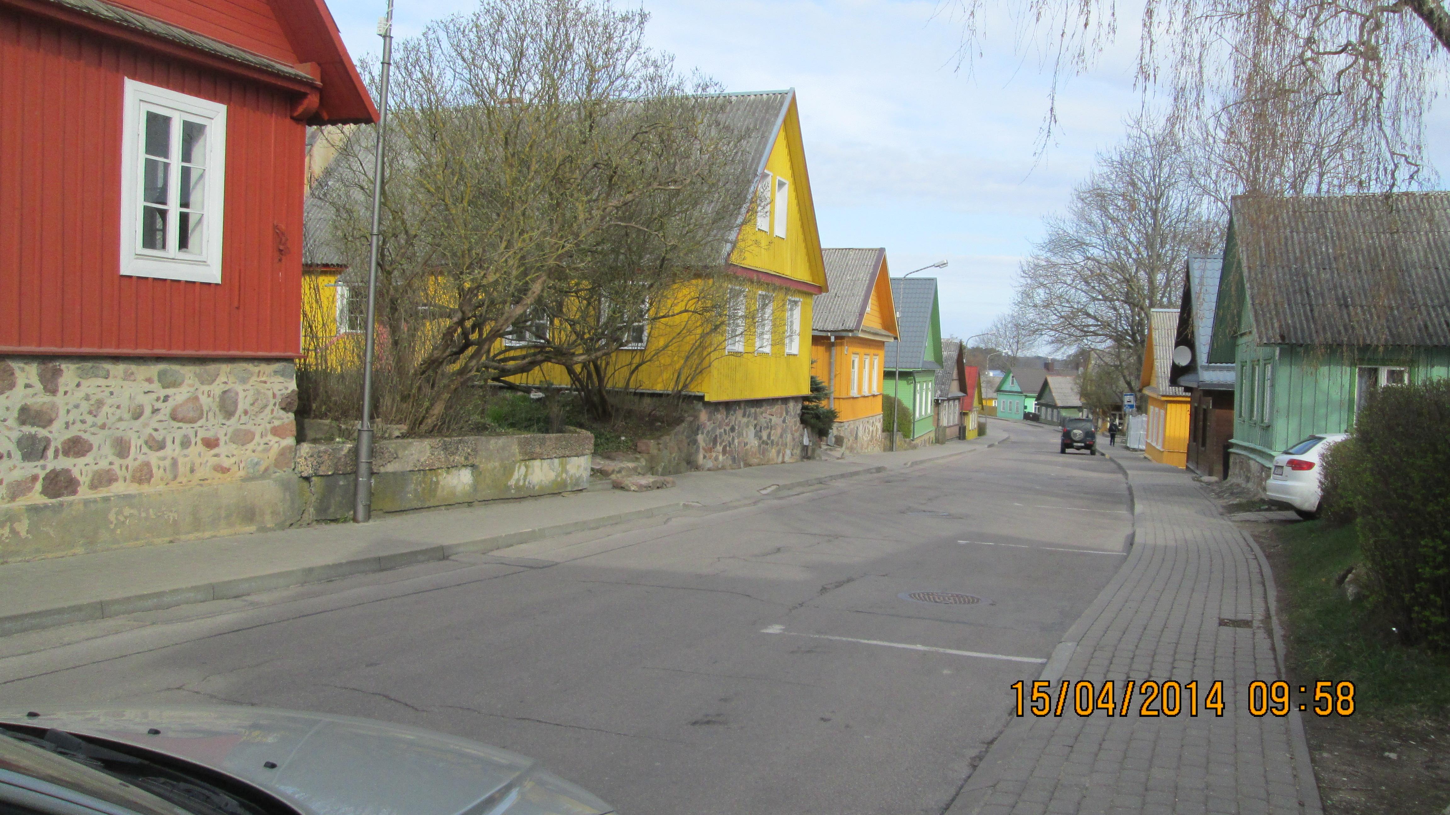 שלושה חלונות בחזית כל בית