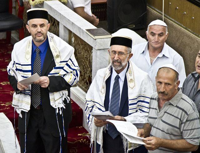 קראים בבית הכנסת, צילם רון פלד