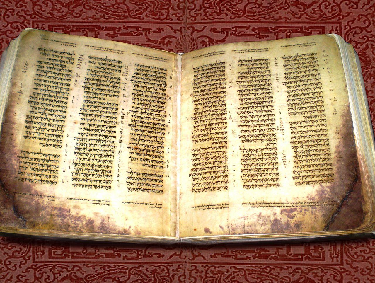 כתר ארם צובא, ספר ישעיהו. ניתן להבחין בסימנים הנראים כחריכה