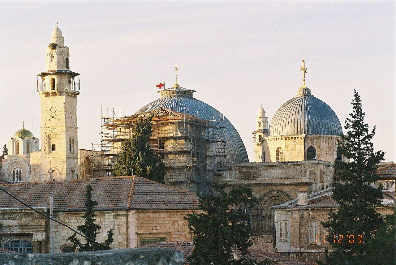 """החזית הדרומית של הכנסייה במבט מ""""תצפית הגגות"""" ברובע היהודי  ויקיפדיה  Lior Golgher"""