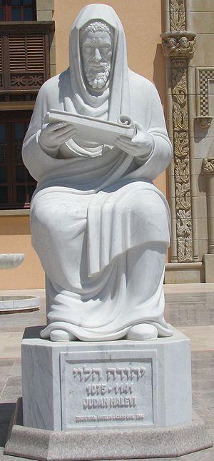 """פסלו של ריה""""ל בחצר מוזיאון ראלי """"זיכרון ספרד"""" שבקיסריה"""