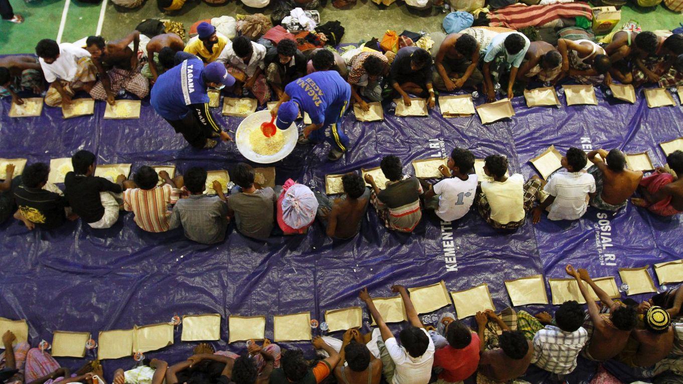 כוחות הצלה אינדונזים מחלקים אוכל למחולצים מהים, ביום שני. יום לאחר מכן גירש הצי האינדונזי ספינה שעליה מאות בני רוהינגה ובנגלדשים