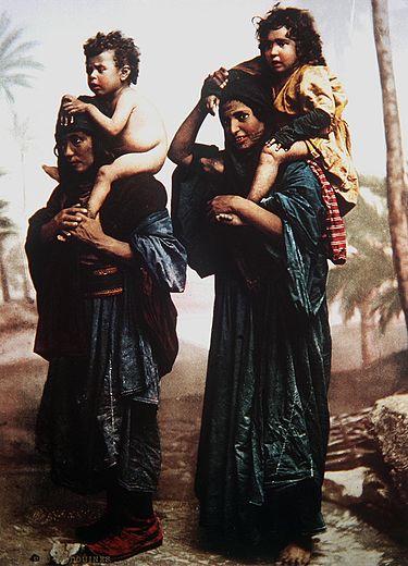 אמהות וילדים בדואים, בתמונת פוטוכרום מסוף המאה ה-19 של הצלם הצרפתי פליקס בונפיס