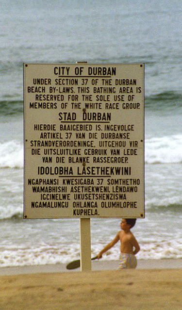 """שילוט בחוף הרחצה של דרבן, המגדיר את השימוש בקטע החוף ל""""חברי קבוצת הגזע הלבן"""""""