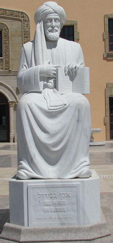 """פסל של שלמה אבן גבירול בחצר מוזיאון ראלי """"זיכרון ספרד"""" שבקיסריה"""
