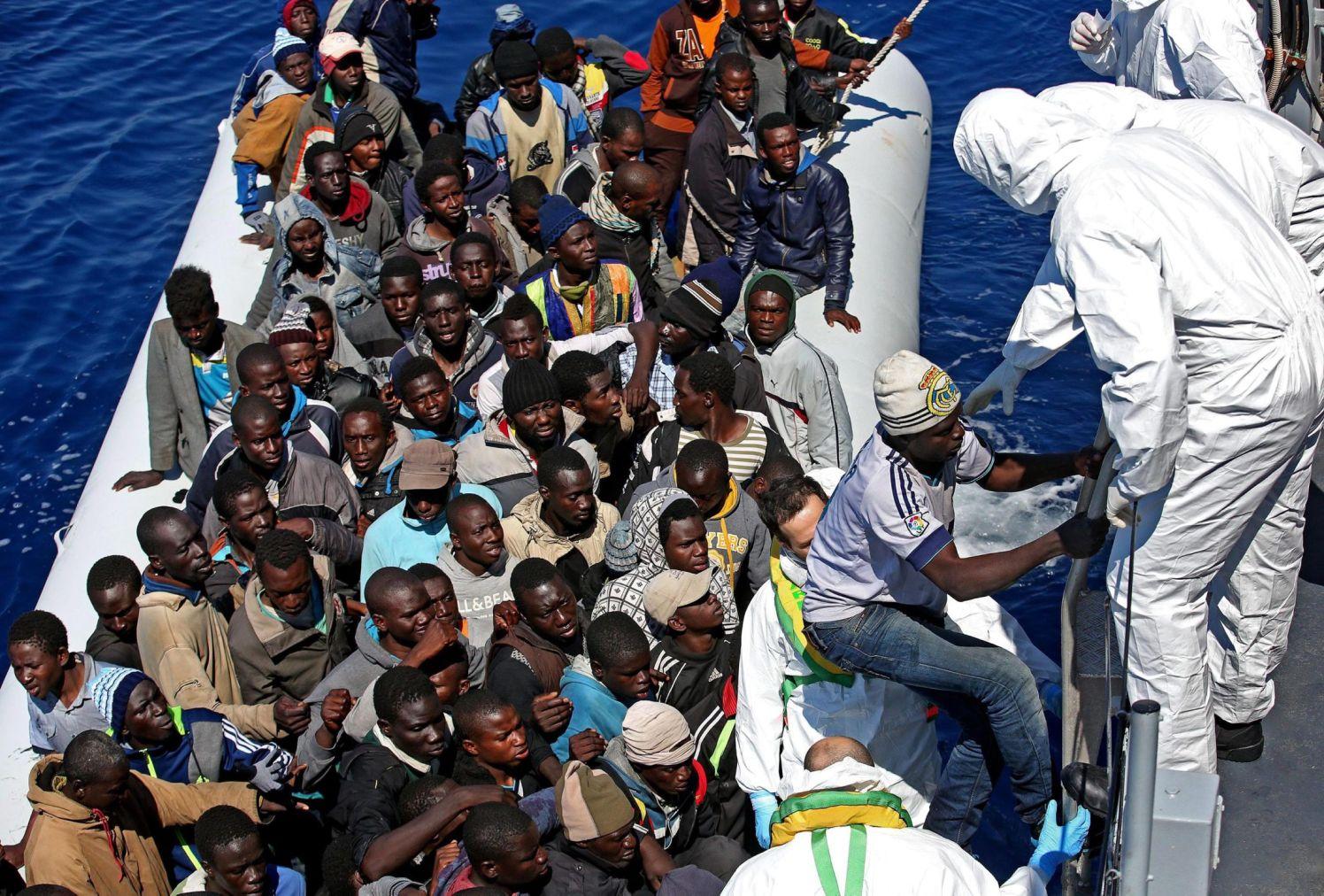 משמר החופים האיטלקי עוצר ספינת מהגרים מלוב בים התיכון, 2015