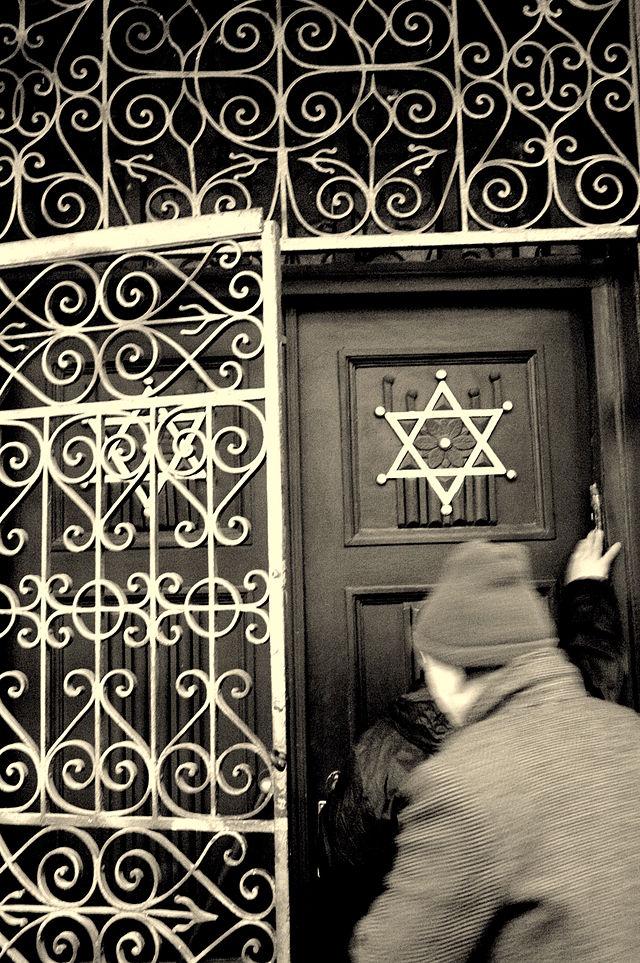 """יהודים בגאורגיה """"מנשקים"""" את המזוזה לפני כניסתם לבית הכנסת."""