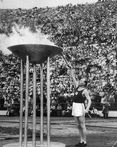נורמי בעת הדלקת הלפיד האולימפי ב-1952