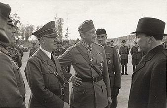מפקד הצבא הפיני מנרהיים יחד עם נשיא המדינה רייטי והיטלר ביוני 1942.
