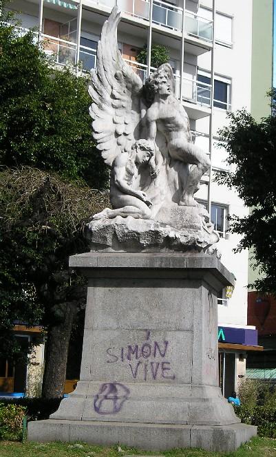 קברו של פלקון, על המצבה כתובת גרפיטי המדברת בגנותו