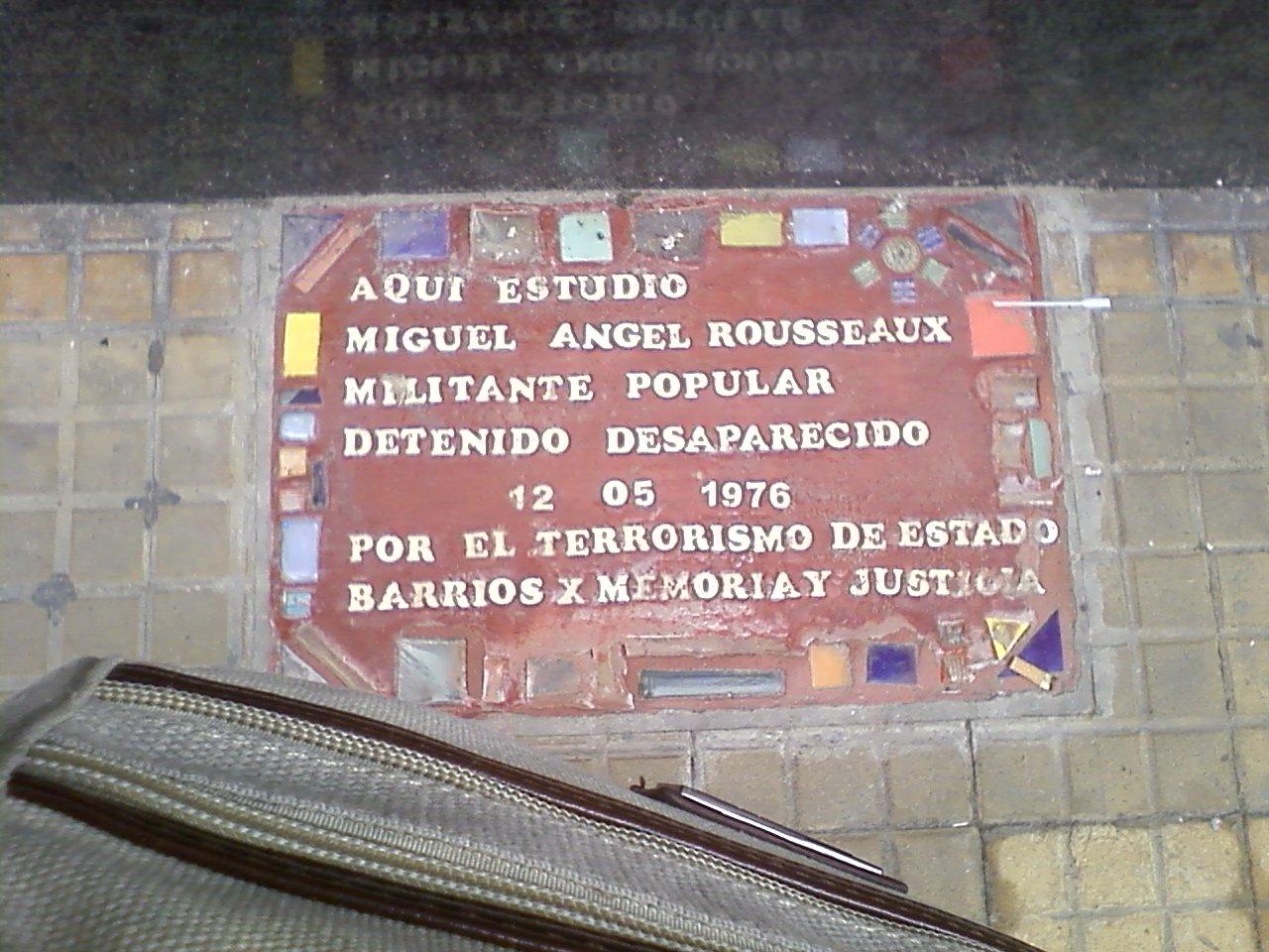 לוח זכרון על המדרכה