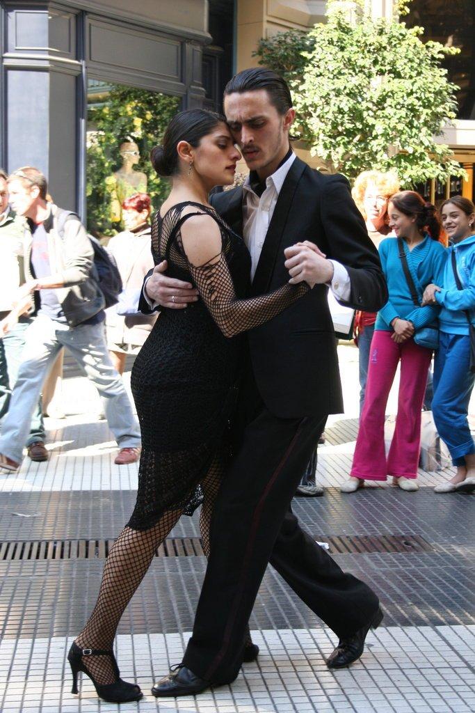 זוג רוקד טנגו במדרחוב פלורידה בבואנוס איירס