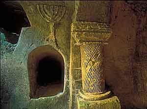 סמל המנורה - תבליט במערת קבורה בבית שערים