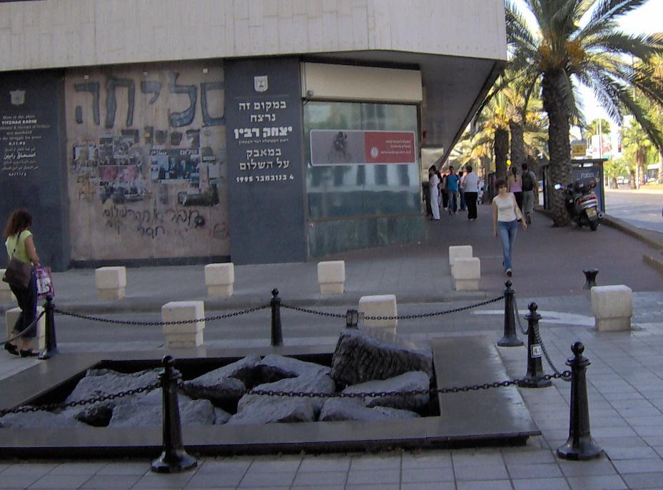 מצבת הזיכרון ליצחק רבין באתר הירצחו בסמוך לבניין עיריית תל אביב (2006)