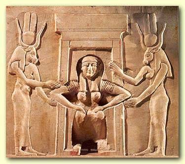 מלכה מצרית יולדת במצב של ישיבה, כורעת ללדת. והאלה חתחור מימינה ומשמאלה תומכת בה ומסייעת לה.
