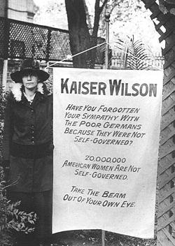 שלט במשמרת שביתה של סופרג'יסטיות בבית הלבן ב-1918