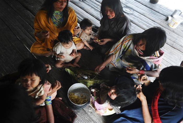 בני שבט האשנינקה יושבים לארוחה