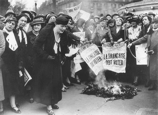 לואיז וייס ופמיניסטיות אחרות מפגינות למען זכות הצבעה לנשים, פריז 1935.