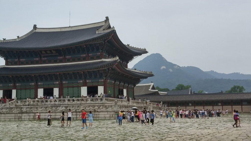 המבנה המרכזי בארמון על רקע ההר.