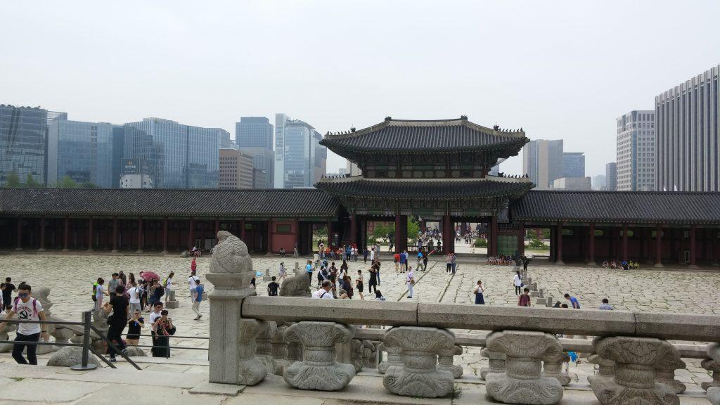 לתר הארמון על רקע העיר