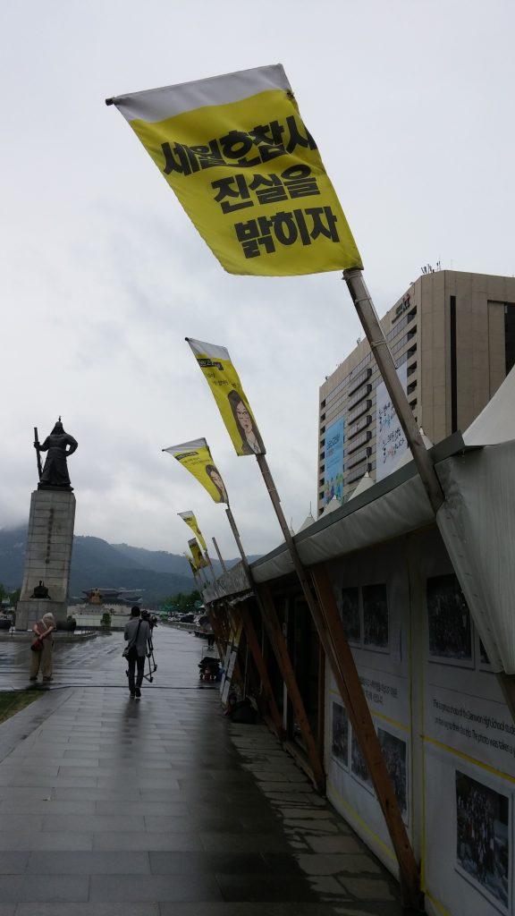 דגלים צהובים מסמלים מקום זכרון ואבל
