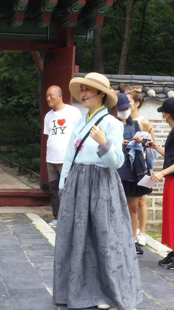 המדריכה במקדש לבושה בלבוש קוריאני מסורתי