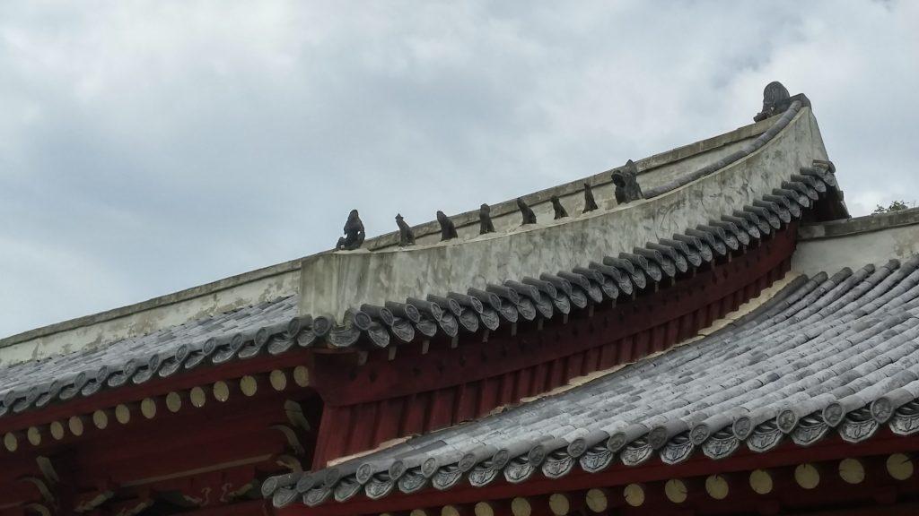 תהלוכת חיות המחפשת את ההארה, על פי מסורת עתיקה. תהלוכה כזאת מפארת כל גג במקדש.