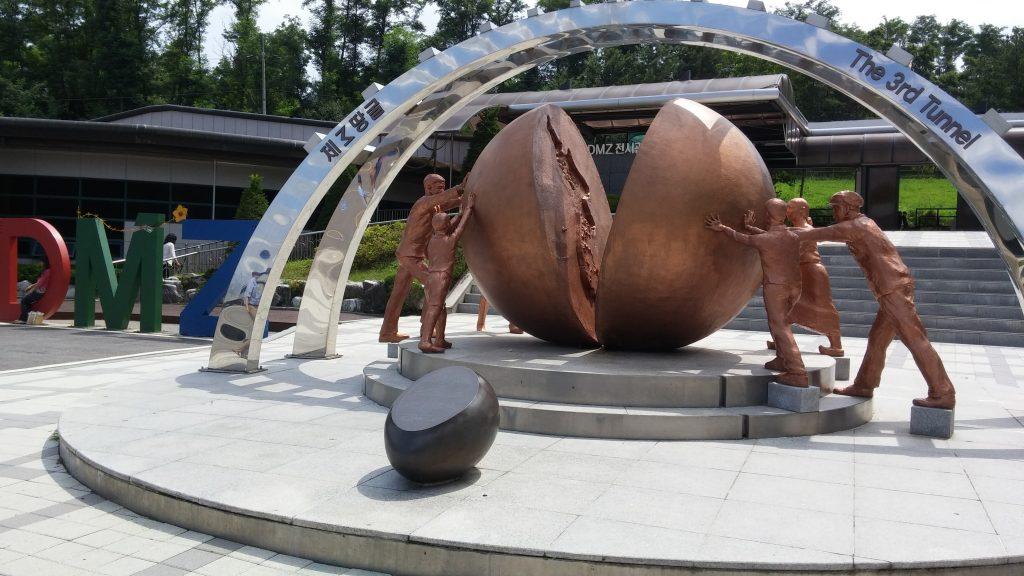 פסל המסמל את השאיפה לאיחוד שתי הקוריאות