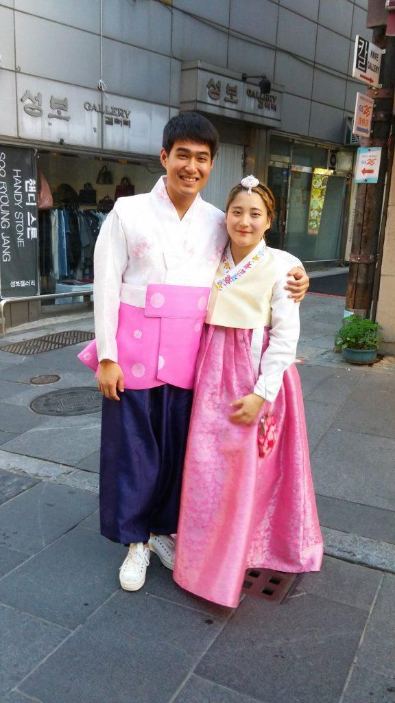 זוג קוריאני בתלבושת מסורתית