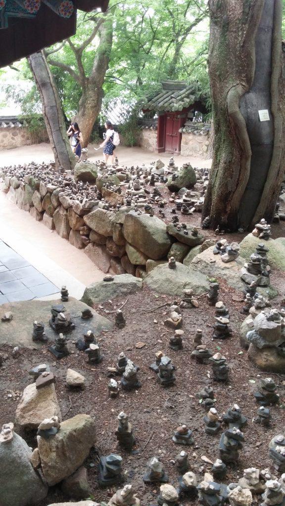 אבני בקשות מול מקדש בודהיסטי