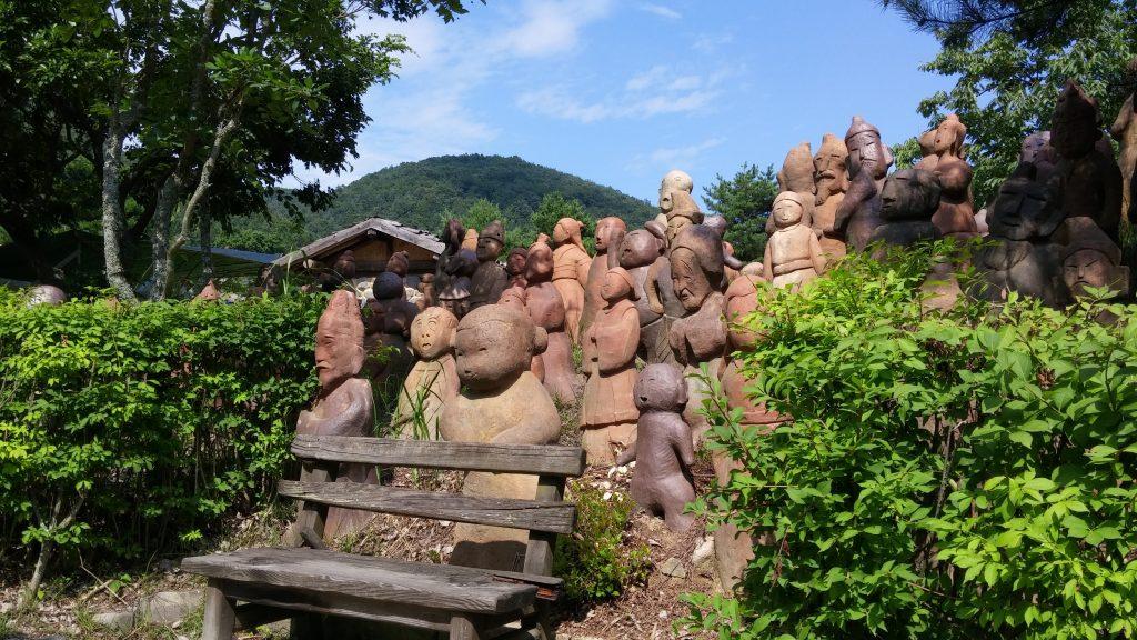 מיצירותיו של פסל הפועל בפארק