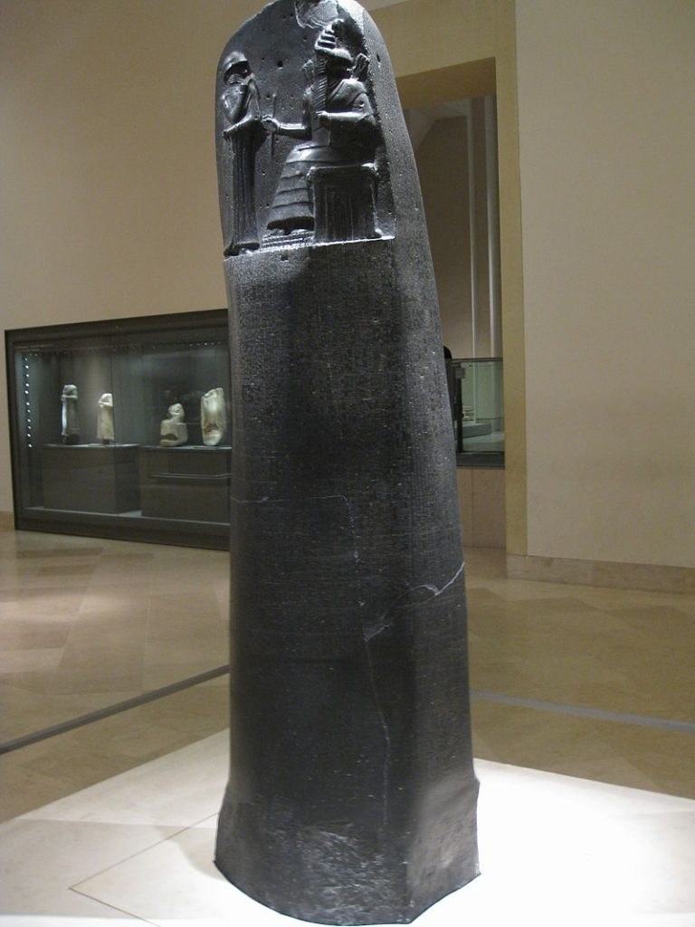 המצבה שעליה נמצאו חוקי חמורבי אשר מוצגת היום במוזיאון הלובר בפריז