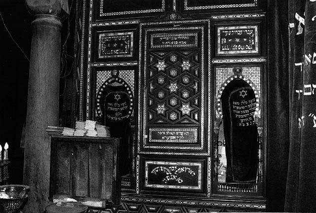 """ארון הקודש בבית הכנסת בן עזרא, קהיר, 1979. צילום: מיכה בר-עם. בית התפוצות, המרכז לתיעוד חזותי ע""""ש אוסטר"""