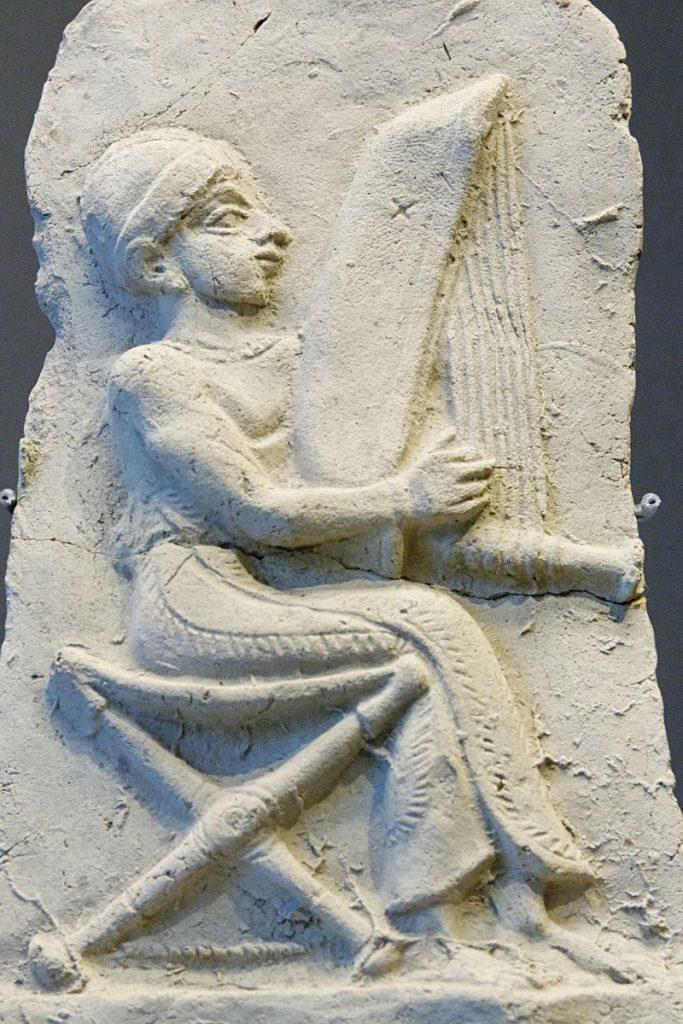 """תבליט של נגן נבל מטרה קוטה - אשנונה תחילת האלף השני לפנה""""ס"""