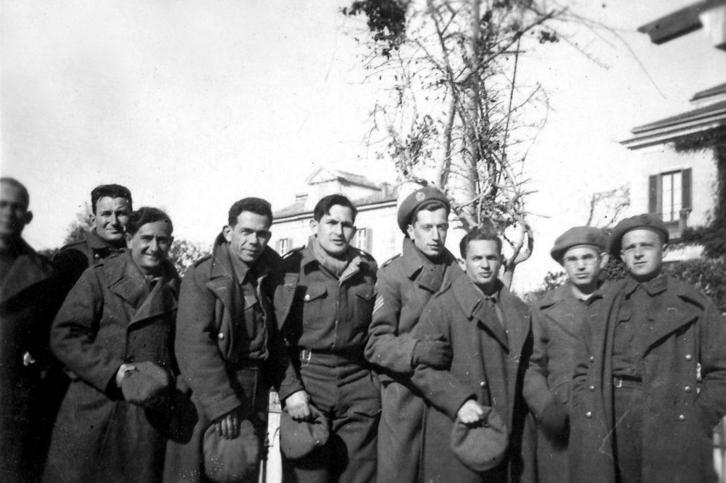 אבי וחברים בצבא הבריטי