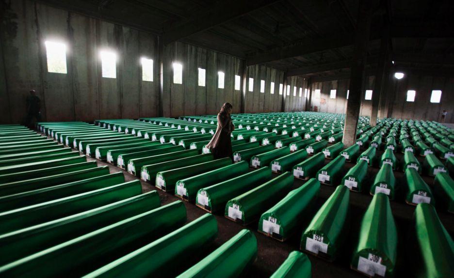 יולי 2011 - מוסלמית מחפשת את ארונותיהם של יקיריה אחרי חשיפת קבר אחים נוסף בבוסניה צילום רויטרס