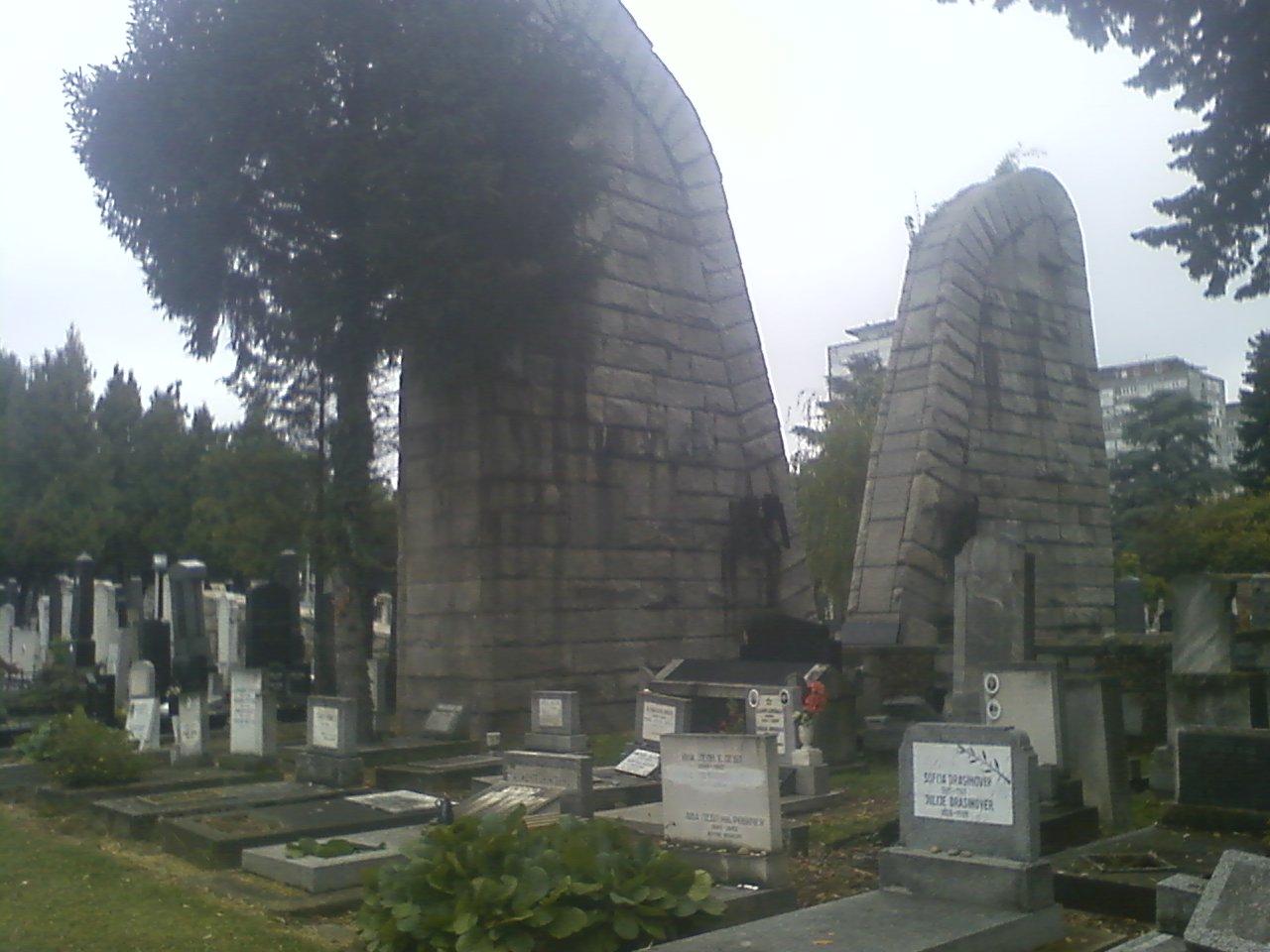מונומנט דמוי לוחות הברית בבית הקברות היהודי